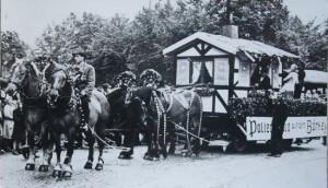 """1949: """"Polterabend auf dem Börkey"""" im ersten Kirmeszug nach dem zweiten Weltkrieg. Da erregte ein prächtiges Vierergespann ebenso viel Aufsehen wie die Wagendarstellung."""