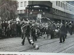 1949: Die neue jüngere Börkeyer Kirmesgeneration beim Poltern auf der Mittelstraße, Höhe Ennepebrücke.