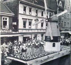 """1963: Mit der Darstellung """"Einkaufsfahrt nach Holland"""" und einer prächtigen Windmühle errang unsere Gruppe erstmals den Pokalsieg."""