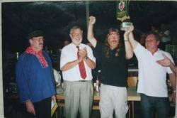2003: Diesen Kirmespokal durften wir nach dreimaligem Gewinn behalten. Bei der Siegerehrung von links: Kirmesvereins-Vorsitzender Gerd Laake, Bürgermeister Dr. Klaus Solmecke, Börkey-Vorsitzender Klaus-Jürgen Piorek, 1. Vorsitzender Uwe Jesinghaus von der Gruppe Dörnen, die bei gleicher Punktzahl den zwieten Preis erhielt.