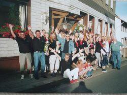 """2003: Jubelnde Börkeyer vor dem Vereinslokal """"Haus Lichtenplatz"""""""